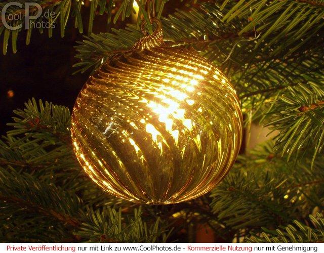 fotos leuchtende glaskugel im tannenbaum. Black Bedroom Furniture Sets. Home Design Ideas