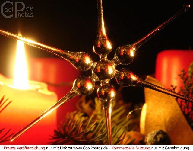 fotos weihnachtsstern wird von kerzen. Black Bedroom Furniture Sets. Home Design Ideas