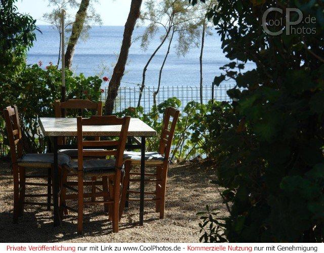 fotos foto von einem tisch mit vier st hlen in einem restaurant direkt am meer. Black Bedroom Furniture Sets. Home Design Ideas