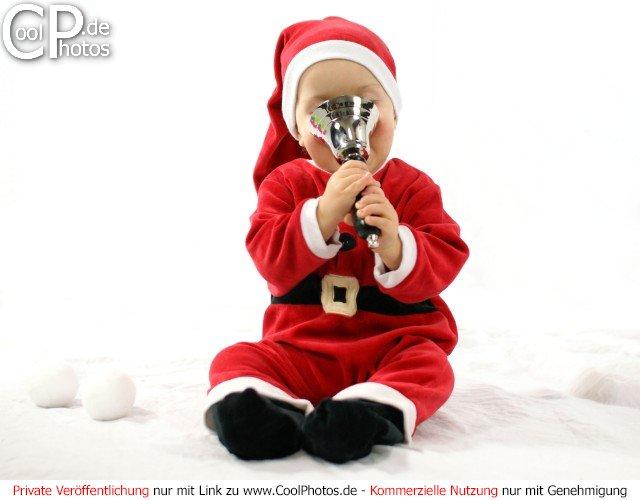 fotos baby im weihnachtskost m mit einer silbernen handglocke. Black Bedroom Furniture Sets. Home Design Ideas