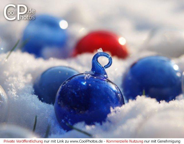 fotos blaue und rote glaskugeln im schnee. Black Bedroom Furniture Sets. Home Design Ideas