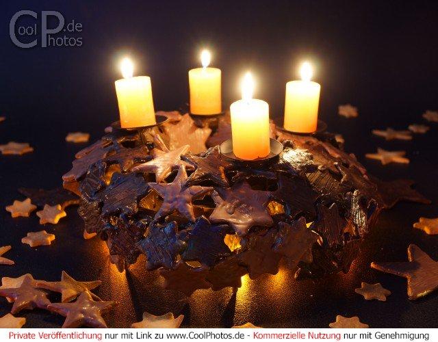 photo no 22 advent wreath adventskranz aus schokoladensternen zum 4 advent. Black Bedroom Furniture Sets. Home Design Ideas