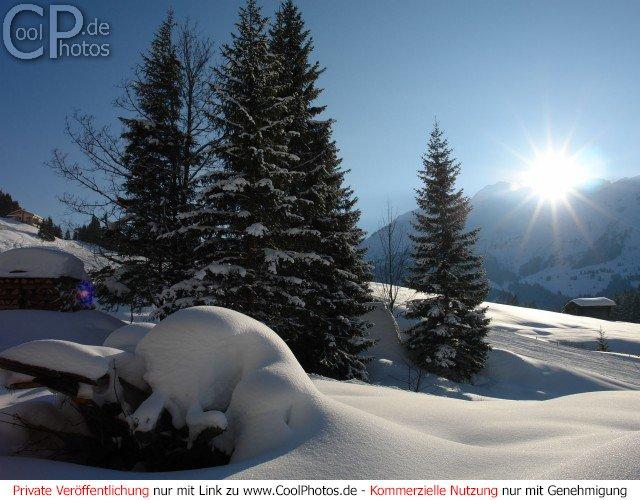 Winterszene im Berner Oberland kurz vor Sonnenuntergang