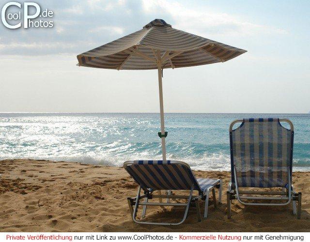 Sonnenschirm mit liegen am wunderschönen Strand