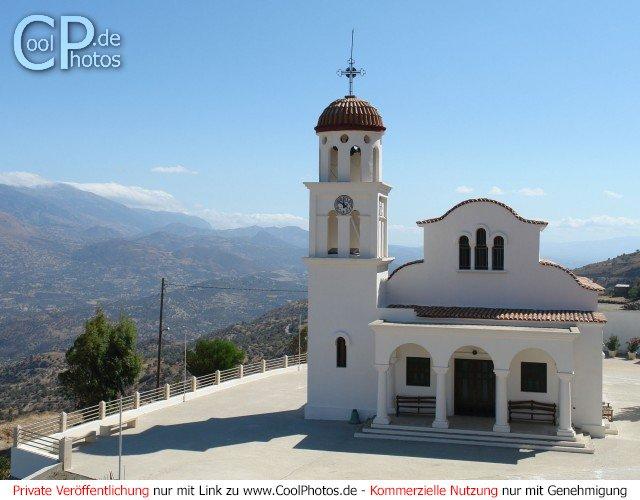 Blick auf die leuchten weiße Kirche