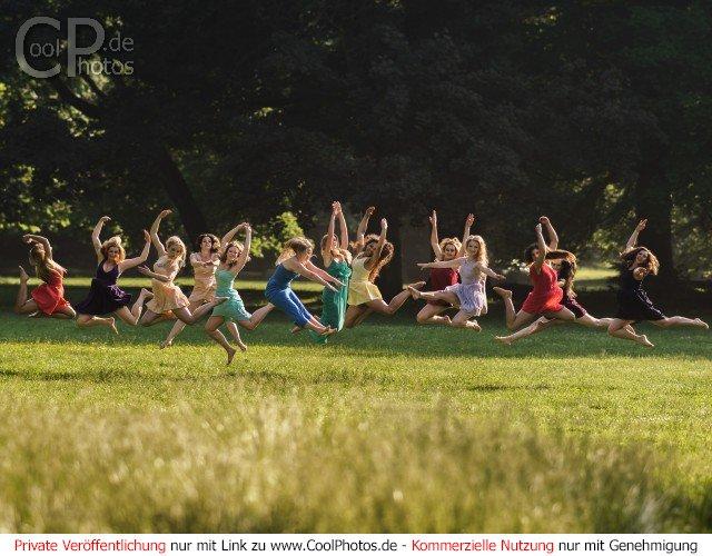 Springende Tänzerinnen (Jazz-Dance) im Park