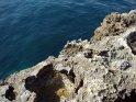 Blick über die Felsen auf das Wasser der Bucht