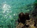 Hundert kleiner Lichter spiegeln sich im Wasser der Cala Gran
