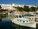Hier sehen Sie Schiffe im Hafen des Ferienortes Cala D´Or: Cala Llonga.  Im Hintergund die für diesen Ort typischen weißen Gebäude.