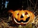 Halloweenkürbis mit leuchtend roten Augen