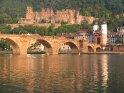 Brücke mit Schloss im Hintergrund