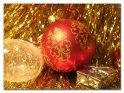 Weihnachtsfoto mit Lametta, Christbaumkugeln und kleinem Geschenk.    Dieses Kartenmotiv ist seit dem 07. Dezember 2004 in der Kategorie Weihnachtsbilder.