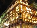 Aufwändig verziertes Fachwerkhaus bei Nacht