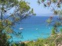 Blick auf das Mittelmeer, eingerahmt von Bäumen