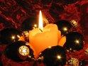 Sechs Weihnachtskugeln mit einer Kerze in der Mitte    Dieses Motiv finden Sie seit dem 20. November 2005 in der Kategorie Weihnachtsbilder.