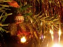 Spiegelnde Weihnachtsbaumkugel mit Lametta    Dieses Kartenmotiv ist seit dem 24. November 2005 in der Kategorie Weihnachtsbilder.