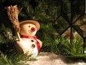 Weihnachtliche Szene mit Schnemann und Tannenzweigen