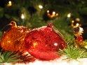 Weihnachtsbild mit Kugeln, Tannenzweigen und Schnee    Dieses Motiv finden Sie seit dem 02. Dezember 2005 in der Kategorie Weihnachtsbilder.