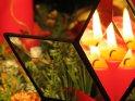 Bleiglasstern mit Prismengläsern. In einem der Gläser ist mehrfach eine dahinter stehende brennende rote Kerze zu sehen.    Dieses Kartenmotiv ist seit dem 02. Dezember 2005 in der Kategorie Weihnachtsbilder.