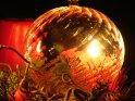 Gläserne Weinachtskugel wird von einer dahinter stehenden Kerze beleuchtet    Dieses Motiv finden Sie seit dem 08. Dezember 2005 in der Kategorie Weihnachtsbilder.