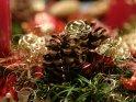 Weihnachtliches Bild mit Tannenzapfen und Goldfäden    Dieses Kartenmotiv ist seit dem 19. Dezember 2005 in der Kategorie Weihnachtsbilder.