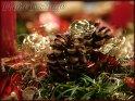 Detailaufnahme von einem Adventskranz mit roter Kerze, Tannenzapfen und Goldschmuck. Dazu der Schriftzug Frohe Festtage.    Dieses Kartenmotiv wurde am 19. Dezember 2005 neu in die Kategorie Weihnachtskarten aufgenommen.