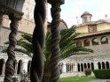 ... der aus dem 13. Jahrhundert stammt und neben den schönen Säulen zum Garten im Inneren ...