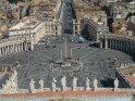 Blick vom Petersdom hinab auf den Petersplatz