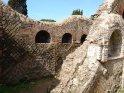 ... Oben auf der Mauer und rechts oben sieht man sehr schön, dass die Antiken Mauern mit einer Schutzschicht aus modernem Beton vor dem weiteren Verfall geschützt werden. Dieses kann bei nahezu allen Mauerwerken sehen. ...