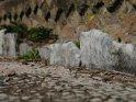 ... Am Rand sieht man vereinzelte Reste der ursprünglichen Marmorumrandung, zwischen denen heute Blumen wachsen. ...