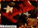 Roter Stoffnikolausschuh mit Weihnachtsgeback bedeckt