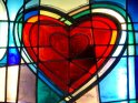 Aus Bleiglas hergestelltes Herz, umgeben von unterschiedlich farbigen Gläsern