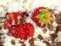 Erdbeeren mit Sahne und Schokoladenstücken    Dieses Kartenmotiv ist seit dem 26. Juli 2007 in der Kategorie Essen & Trinken.