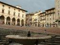 Brunnen mit dem Piazza Grande im Hintergrund