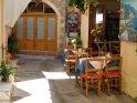 Blick in eine malerische Gasse mit einem Restaurant auf der rechten Seite