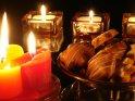 Weihnachtsbild mit brennenden Kerzen und Gebäck    Dieses Motiv findet sich seit dem 16. November 2007 in der Kategorie Weihnachtsbilder.
