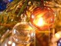 Bunte Glaskugeln am Tannenbaum werden durch dahinter sitzende Kerzen beleuchtet.    Dieses Kartenmotiv ist seit dem 23. Dezember 2007 in der Kategorie Weihnachtsbilder.