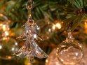 Gläserner Tannenbaum und Glaskugeln an einem Tannenbaum    Dieses Kartenmotiv ist seit dem 23. Dezember 2007 in der Kategorie Weihnachtsbilder.