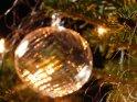 Strahlende Glaskugel an einem weihnachtlichen Tannenbaum    Dieses Motiv findet sich seit dem 23. Dezember 2007 in der Kategorie Weihnachtsbilder.
