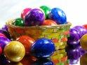 Gefärbte Eier im Körbchen