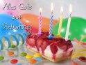 Geburtstagskarte mit einem Stück Erdbeerkuchen in   dem sich 4 kleine Kerzen befinden. Außerdem   befinden sich drum herum noch Luftschlangen und Luftballons.  Text der Karte: Alles Gute zum Geburtstag