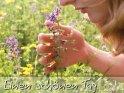 Junge Frau riecht an einer Blume  Einen schönen Tag