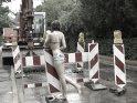 Frau im Bikini an einer Baustelle im Regen