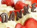 Dankekarte mit Schokoladenbuchstaben mit Erdbeeren und Vanilleeis