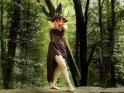 Foto von einer Hexe im Wald, die gerade am Zaubern ist.