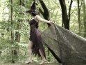 Frau im Hexenkostüm im Wald