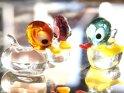 Drei gläserne Enten auf einem spiegelnden Fläche    Dieses Motiv finden Sie seit dem 27. Dezember 2008 in der Kategorie Figuren.