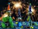 Drei Clownfiguren mit vierblättrigem Kleeblatt und Wunderkerzen im Hintergrund.