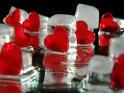 Zahlreiche an Eiswürfel angelehnte rote Herzen bilden dieses winterlichte Herzfoto.