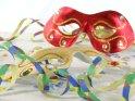 Zwei Karnevalsmasken mit Luftschlangen und Konfetti